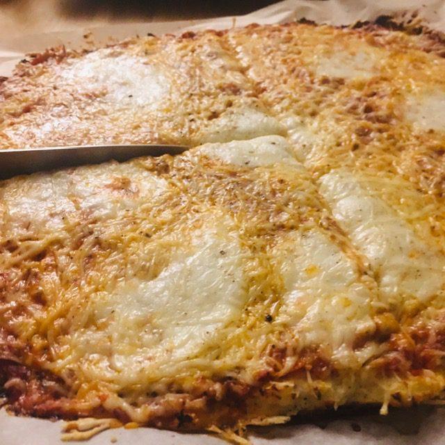 recette-pizza-chou fleur-sans-gluten-mozzarella-sauce-tomate